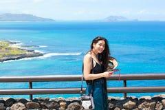 Muchacha adolescente feliz que sonríe con el océano hawaiano en fondo Imágenes de archivo libres de regalías