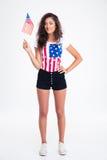 Muchacha adolescente feliz que sostiene la bandera de los E.E.U.U. Imagen de archivo