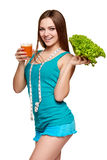 Muchacha adolescente feliz que sostiene un vidrio de jugo de zanahoria Imagen de archivo libre de regalías