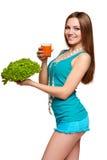 Muchacha adolescente feliz que sostiene un vidrio de jugo de zanahoria Fotografía de archivo libre de regalías