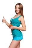 Muchacha adolescente feliz que sostiene un vidrio de jugo de zanahoria Foto de archivo libre de regalías