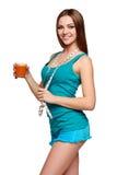 Muchacha adolescente feliz que sostiene un vidrio de jugo de zanahoria Foto de archivo