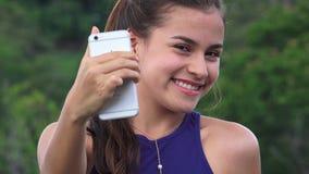 Muchacha adolescente feliz que toma Selfies Foto de archivo libre de regalías