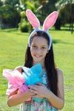 Muchacha adolescente feliz sonriente con los oídos de conejo y el chocolate de Pascua eg. Imágenes de archivo libres de regalías