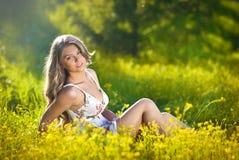 Muchacha adolescente feliz y atractiva en campo del canola Fotos de archivo libres de regalías