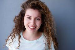 Muchacha adolescente feliz y sana con el pelo rizado Foto de archivo libre de regalías