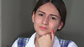 Muchacha adolescente femenina confusa o preocupante almacen de metraje de vídeo