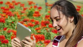 Muchacha adolescente femenina emocionada que usa la tableta Fotografía de archivo