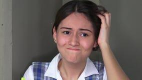 Muchacha adolescente femenina preocupante confusa almacen de metraje de vídeo