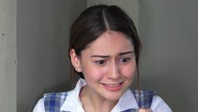 Muchacha adolescente femenina subrayada almacen de video