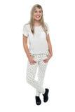 Muchacha adolescente fresca en casual de moda Foto de archivo libre de regalías