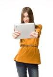 Muchacha adolescente fresca que usa el dispositivo de la tablilla. Fotografía de archivo