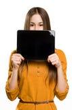 Muchacha adolescente fresca que usa el dispositivo de la tablilla. Imagen de archivo libre de regalías