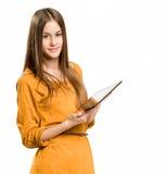 Muchacha adolescente fresca que usa el dispositivo de la tablilla. Fotos de archivo