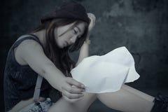 Muchacha adolescente frustrada con el papel vacío Foto de archivo