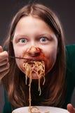 Muchacha adolescente furiosamente que come Imagen de archivo libre de regalías