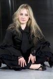Muchacha adolescente gritadora que desgasta sentarse gótico de la ropa Foto de archivo libre de regalías