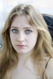 Muchacha adolescente gritadora rubia con el pelo largo y el ojo azul Imagen de archivo libre de regalías