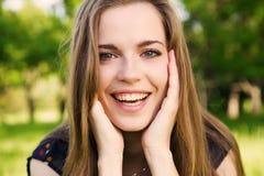 Muchacha adolescente hecha frente fresca en el parque Imágenes de archivo libres de regalías