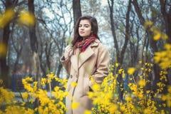 Muchacha adolescente hermosa, capa beige que lleva Fotos de archivo libres de regalías