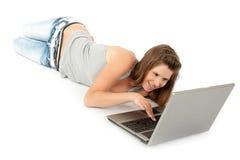 Muchacha adolescente hermosa con el ordenador portátil Foto de archivo libre de regalías