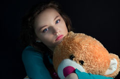 Muchacha adolescente hermosa con el oso de peluche Imágenes de archivo libres de regalías