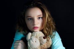 Muchacha adolescente hermosa con el oso de peluche Foto de archivo