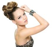 Muchacha adolescente hermosa con el peinado moderno Foto de archivo libre de regalías