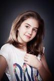 Muchacha adolescente hermosa con el pelo recto largo, presentando en fondo Fotografía de archivo libre de regalías