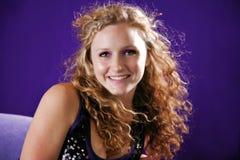 Muchacha adolescente hermosa con el pelo rizado Imágenes de archivo libres de regalías