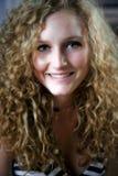 Muchacha adolescente hermosa con el pelo rizado Fotos de archivo
