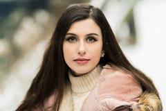 Muchacha adolescente hermosa con el retrato largo del pelo de Brown afuera con nieve Imagen de archivo libre de regalías