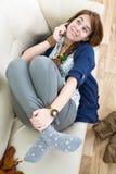 Muchacha adolescente hermosa con el teléfono Fotos de archivo
