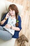 Muchacha adolescente hermosa con el teléfono Fotografía de archivo libre de regalías