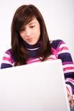 Muchacha adolescente hermosa con la computadora portátil Imagen de archivo