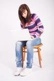Muchacha adolescente hermosa con la computadora portátil Imágenes de archivo libres de regalías