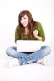 Muchacha adolescente hermosa con la computadora portátil Foto de archivo libre de regalías