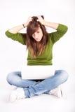 Muchacha adolescente hermosa con la computadora portátil Fotografía de archivo libre de regalías