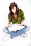 Muchacha adolescente hermosa con la computadora portátil Fotos de archivo libres de regalías