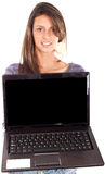 Muchacha adolescente hermosa con la computadora portátil Fotos de archivo