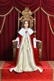 Muchacha adolescente hermosa con la corona que se sienta en butaca del vintage Imagenes de archivo