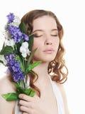 Muchacha adolescente hermosa con las flores Fotografía de archivo