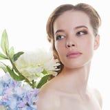 Muchacha adolescente hermosa con las flores Fotografía de archivo libre de regalías