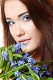 Muchacha adolescente hermosa con las flores del snowdrop Fotos de archivo