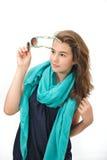 Muchacha adolescente hermosa con las gafas de sol y la presentación azul de la bufanda Fotos de archivo libres de regalías