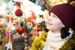 Muchacha adolescente hermosa con las guirnaldas de la Navidad Imagen de archivo