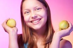 Muchacha adolescente hermosa con las manzanas en sus manos Fotos de archivo