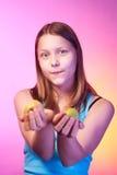 Muchacha adolescente hermosa con las manzanas en sus manos Foto de archivo