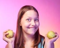 Muchacha adolescente hermosa con las manzanas en sus manos Imagen de archivo