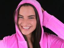 Muchacha adolescente hermosa con las paréntesis en chaqueta encapuchada rosada Fotos de archivo